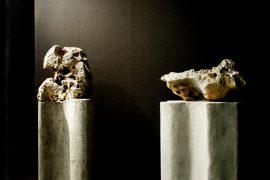 Amélia toledo, Dragões cantores, pedras perfuradas sonoras sobre colunas de concreto, dimensões variadas, 2007
