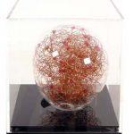 Adriana Banfi Sem título (bola de vidro pequena) Esfera em vidro soprado, fios de cobre e madeiras pintadas 9,5 cm diâmetro, sem data