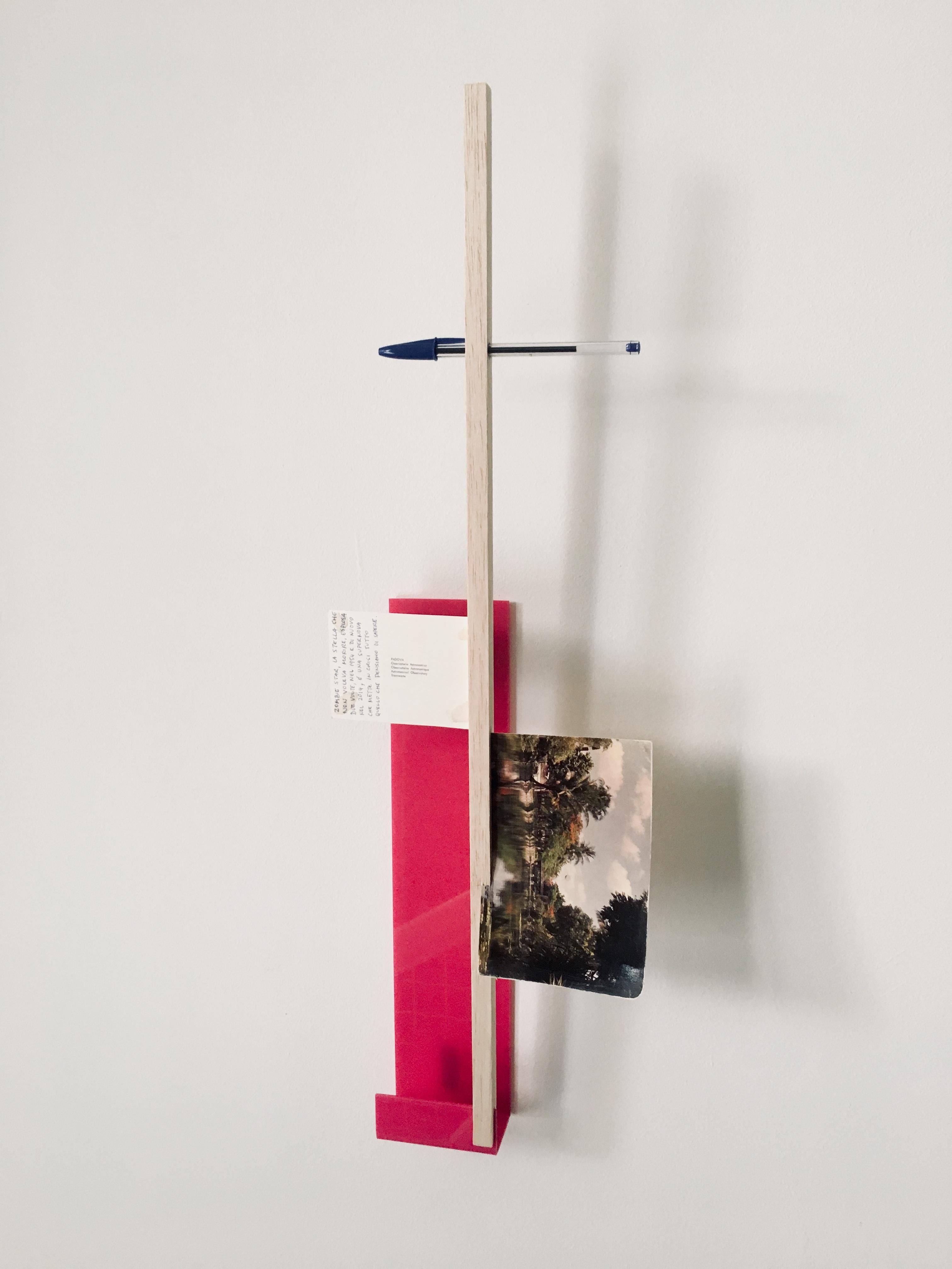 Gê Orthof, Máquinas mínimas, Padova Ho Chi Minh, acrílico, postais, balsa e bic, desenho assemblage, 63 x 21 x 6 cm, 2018.