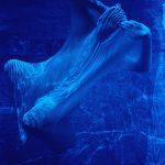 Daisy Xavier, Flutuando – Série Anfíbio, Fotografia em metacrilato, 150 x 100 cm, 2000.