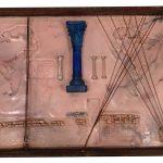 Anna Bella Geiger, Orbis Descriptio com fronteiras indiferentes, série Fronteirícios, Gaveta de arquivo de ferro, encaustica, molas e folha de cobre, 10 x 61 x 44 cm, 1999