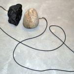 Chiara Banfi, Confluência 2 da série Rio e Lava, Pedra de rio e pedra obsidiana e cabo RCA , Dimensões variáveis, 2015, Edição única