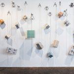 Vitor Mizael, Arroboboi, caixas de madeira, azulejos, cabo de aço, tinta acrílica e suporte de plantas, dimensões variadas, 2018