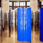 Amélia Toledo, Caleidoscópio, 3 chapas de aço inox curvado sendo 2 pintadas de azul e 1 espelhada, 200 x 100 x 40 cm (cada)