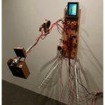 Mariana Manhães Liquescer (Jarro Rosa) Monitor, dvd player, circuitos eletrônicos, auto-falantes e outros materiais 100 x 100 x 90 cm – Foto:Wilton Montenegro, 2007