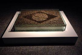 """""""5664 mulheres"""" , Vidro, cápsulas de bala de revolver usadas, tule bordado com pérolas, 110 x 80 x 15 cm, 2014."""