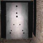Placa, Chapa de ferro, alto falantes e fios, 200 x 120 cm