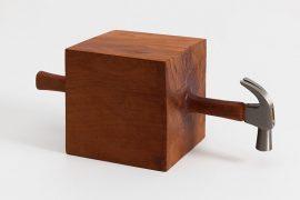 002 – Sem título, Martelo e madeira, 19,5 x 52 x 19,5 cm, 2014.