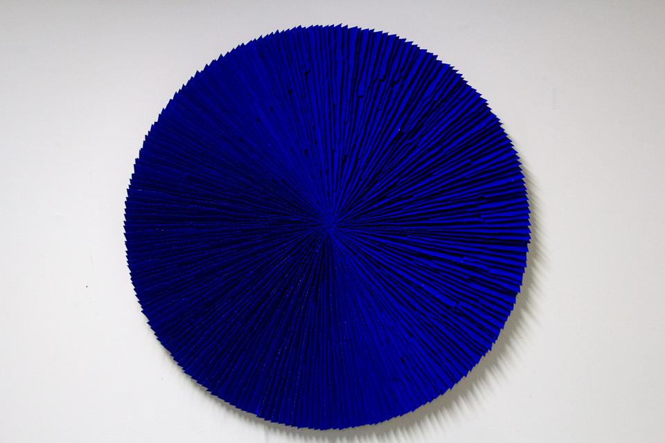 Roda azul, zinco oxidado pintado em Azul, 110 cm, 2014