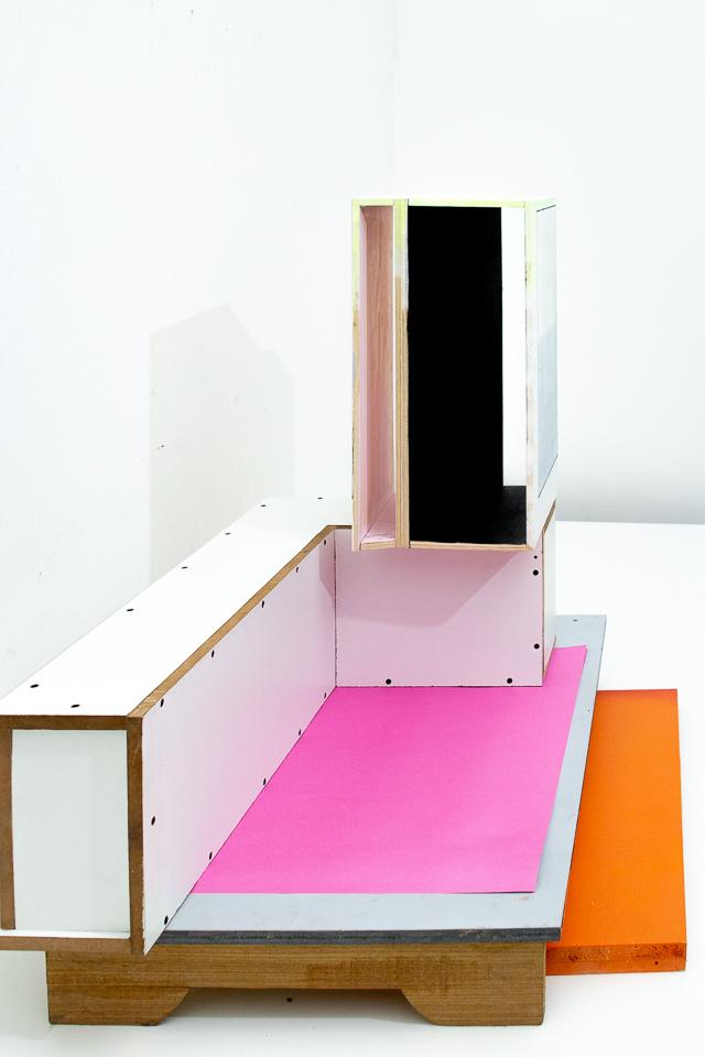 Christian Henkel, BH III, Madeira e plástico, 86 x 90 x 75 cm, 2018