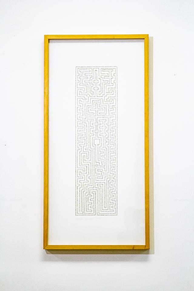 """Labirinto, Desenho de labirinto feito com tiras do livro """"As Mil e Uma Noites"""", 122 x 55 cm, 2012."""