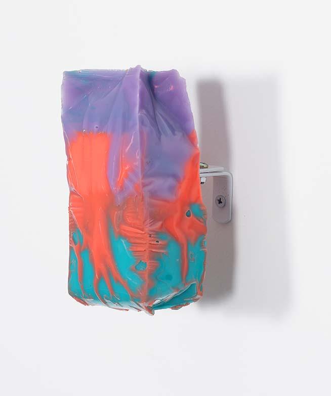 Bruno Miguel, Rain Shower Composition – Série o vazio que nos consome, Resina de poliéster e tinta spray moldada em embalagem plástica de produto consumido na casa do artista, 14 x 7 cm, 2017 (lateral)