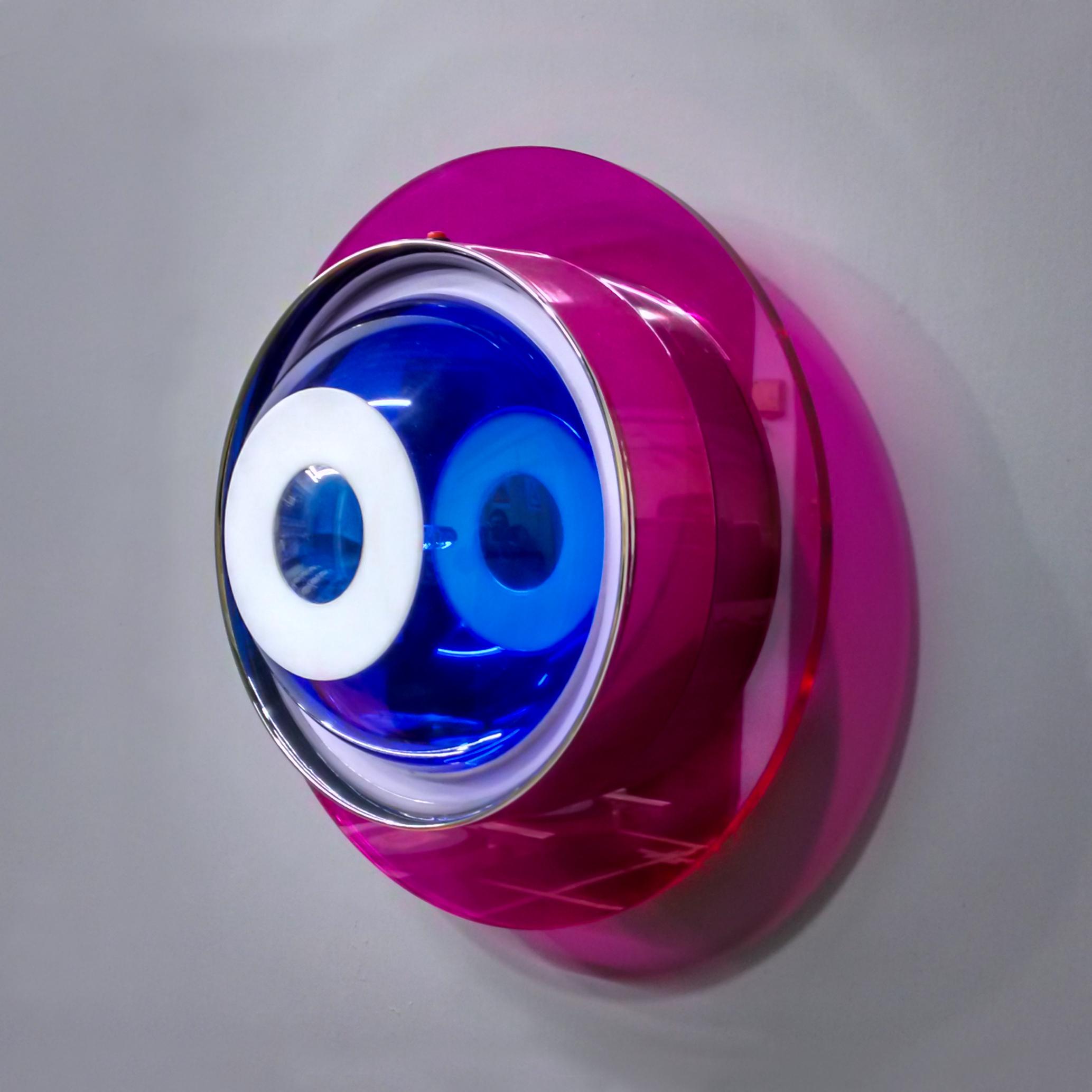 Turbininha Direita, 2 carcaças de relógios, acrílico, espelho, tinta acrílica, tinta fosforescente, lâmpada de led, lâmpada incandescente, interruptor, suporte para pilhas e madeira. Diâmetro de 35 cm x 14 cm, 2017