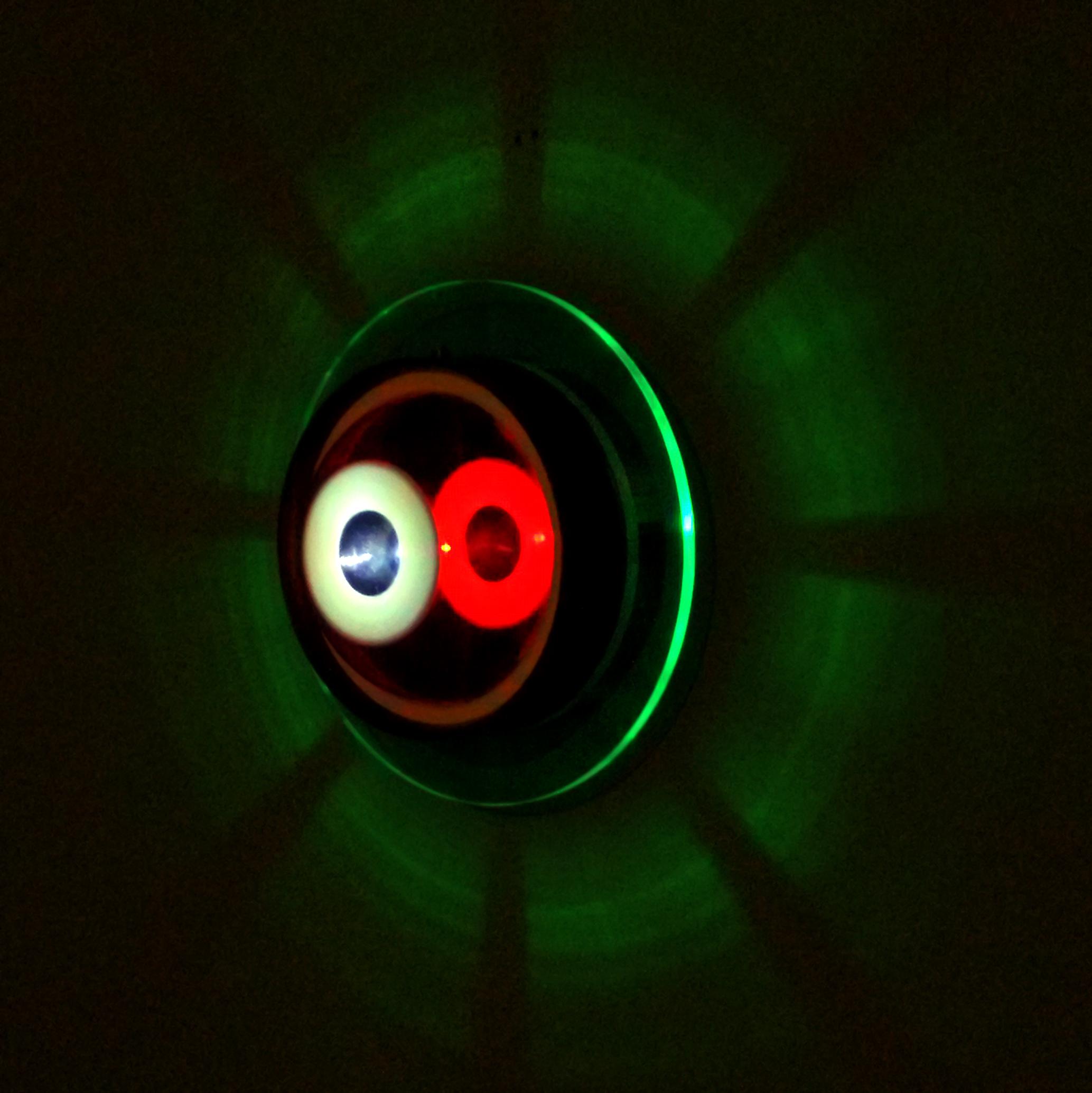 Turbinha Esquerda, 2 carcaças de relógios, acrílico, PET, espelho, tinta esmalte, tinta automotiva, tinta fosforescente, lâmpada de led, lâmpada incandescente, interruptor, suporte para pilhas e madeira. Diâmetro de 35 cm x 14 cm, 2017