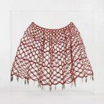 Nazareth Pacheco Saia Vermelha Cristal e Lâminas de Bisturí 60 x 60 x 8 cm.
