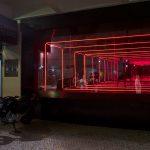 Tomaz Ribas, Túnel, Estrutura de ferro, espelhos, vidros e LEDs, 450 X 445 X 207 cm, 2013.