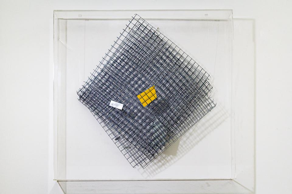 Trama, Arame galvanizado, zinco pintado em acrílica, 82 x 74 x 7 cm