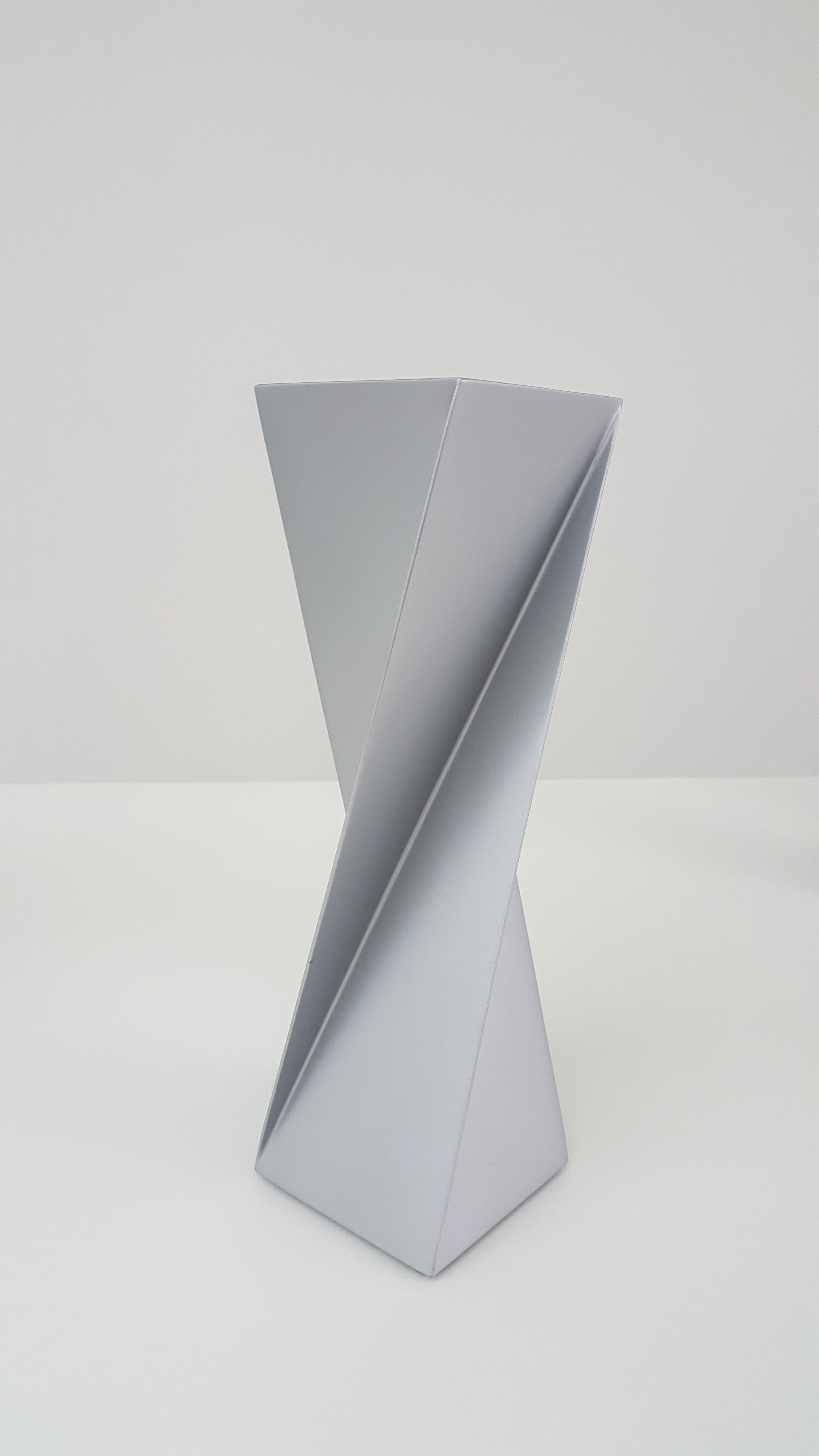 Sérvulo Esmeraldo, Torção, Escultura em chapa de aço inox, pintado, 33 x 10 x 10 cm, 1977 / 2012 Torção, Escultura em chapa de aço inox, pintado, 33 x 10 x 10 cm, 1977 / 2012