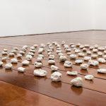 Brisa Noronha, Cabeças de touro, Porcelana, 150 x 150 cm, 2014.