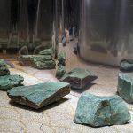 Amélia Toledo, Praça das Cores do Escuro, Bobina de metal espelhada e 15 pedras de quartzo verde e amazonita, medidas variadas