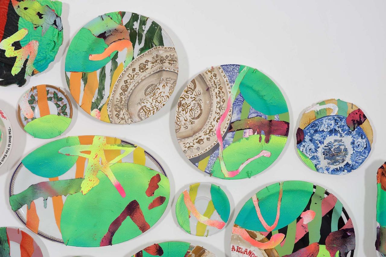 Bruno Miguel, Olhar, Tinta a óleo, esmalte e tinta em spray sobre pratos comprados em leilões de antiguidades e placas de tinta, 98 x 204 cm, 2019 (detalhe)