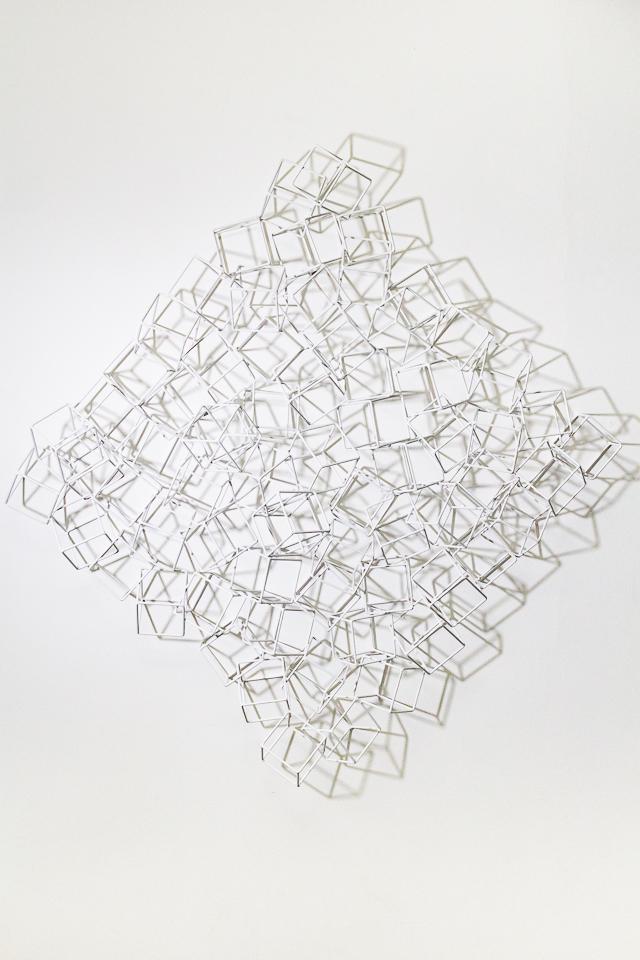 Luiz Hermano, Reação em cadeia 3, ferro soldado e pintado, 100 x 90 x 20 cm, 2017